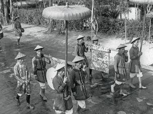 Les mandarins Bṍi Tự sur l'esplanade du Nam Giao  1939. © Ecole française d'Extrême-Orient/Jean Manikus.