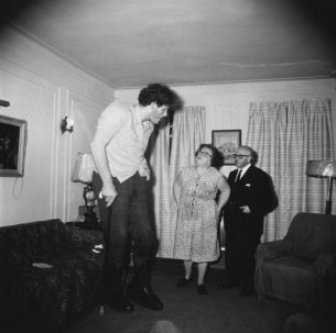 Diane Arbus, A Jewish giant at home with his parents in the Bronx, New York, 1970 ©BOUMBANG