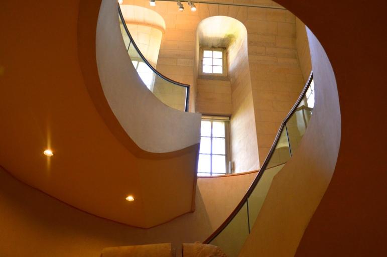 Escalier menant de la salle 18a à la salle 17a, au rez-de-chaussée de l'aile Sully, Paris, musée du Louvre. © Point Culture.