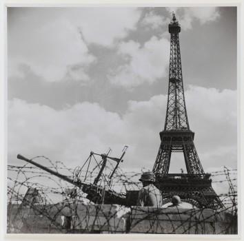 """Libération de Paris. 28 août 1944. """"Défense Contre les Avions"""" américaine, place de Varsovie. Paris (XVIème arr.). Place de Varsovie, D.C.A. américaine, le 28 août 1944."""
