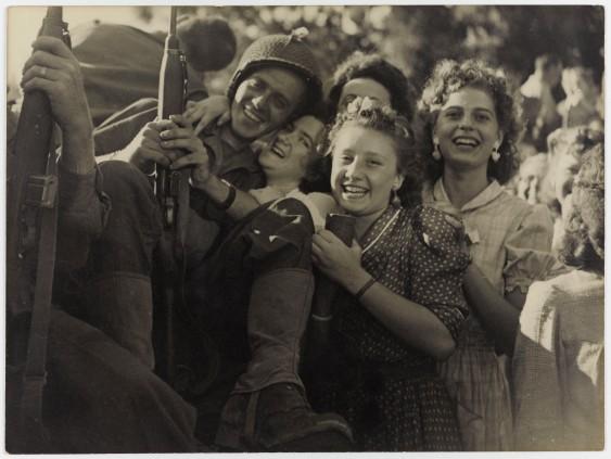 La Libération de Paris : L'accueil fait aux soldats, août 1944.