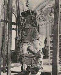 """La Victoire de Samothrace avant restauration. """"L'enveloppement de la Victoire de Samothrace encordée"""" par Marc Vaux (sept. 1939).© Musée du Louvre."""