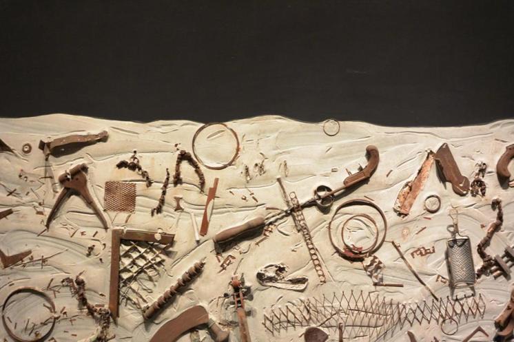 Niki de Saint Phalle, Night Experiment, vers 1959, 131x 195 cm, peinture, plâtre et objets divers sur contreplaqué, Sprengel Museum, Hanovre.© PointCulture