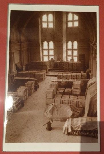 Paul Almasy, Entreposage des caisses dans la chapelle du château de Chambord, Paris, AKG-IMAGES (tirage moderne).