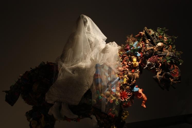 Cheval et la Mariée, 1964, 235 x 300 x 120 cm, tissu, jouets, objets divers, grillage. Sprengel Museum, Hanovre © PointCulture