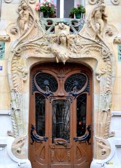 Porte d'entrée de l'immeuble avenue Rapp, © Damien Tellas