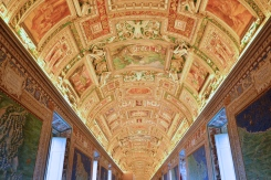 Plafond compartimenté d'une galerie aux musées du Vatican. © Damien Tellas