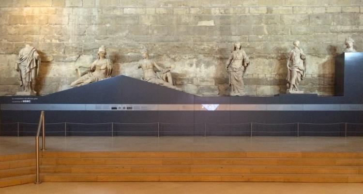 Hall du Carrousel du Louvre où sont exposées les sculptures sur un fronton reconstitué. © Damien Tellas