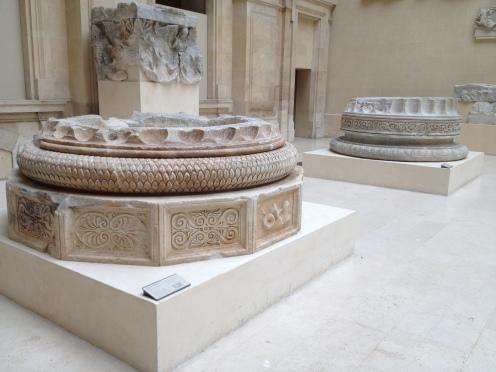 Deux bases des colonnes du temple d'Apollon Delphinios