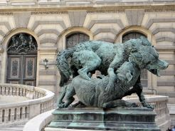 Palais du Louvre, Loup et chien se battant de Pierre-Louis Rouillard, v. 1850. © Commons-Wikimedia / Mossot.
