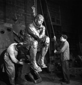 Fonderie Rudier, 1950 (Penseur sorti de sa gangue), tirage argentique moderne, © Atelier Robert Doisneau
