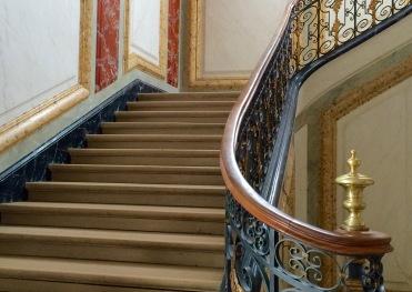 Escalier principal du château de Sceaux dont le décor est en marbre feint. © Damien Tellas