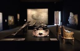 Salle de l'exposition, avec les Bergères de Mathieu de Bauve, les trois plafonds présentés et d'autres ornements en stuc. © Damien Tellas