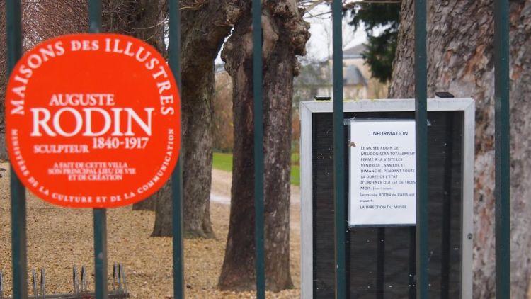 Mardi matin, portes closes devant le musée et cet écriteau: le musée sera totalement fermé à la visite (...) pendant toute la durée de l'état d'urgence / © Tanguy Lyonnet