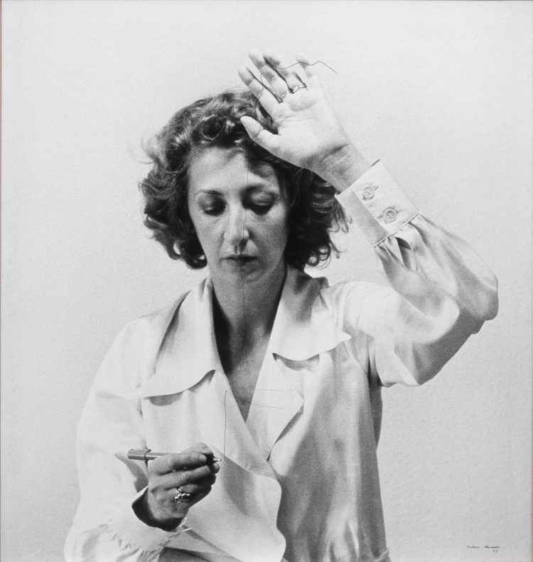 Desenho habitado [Dessin habité] 1975 Helena Almeida Photographie noir et blanc, encre indienne, crin de cheval, 60 × 55 cm. Coll. Museu Nacional de Arte Contemporânea – Museu do Chiado, Lisbonne. Photo Mário Valente, courtesy MNAC – Museu do Chiado, Lisbonne