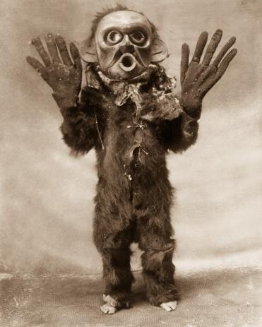 """Edward S. Curtis, Un membre de la tribu Kosmiko vêtu en """"Hami"""" (un esprit dangereux) au cours d'une cérémonie Numhlim, 1914"""