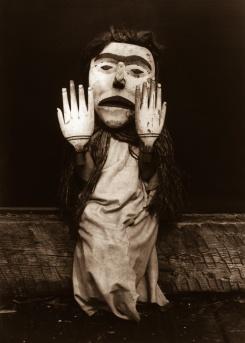"""Edward S. Curtis, Un membre de la tribu Kwakiult incarnant l'esprit de la forêt, Nuhlimkilaka, """"le semeur de trouble"""", 1914"""