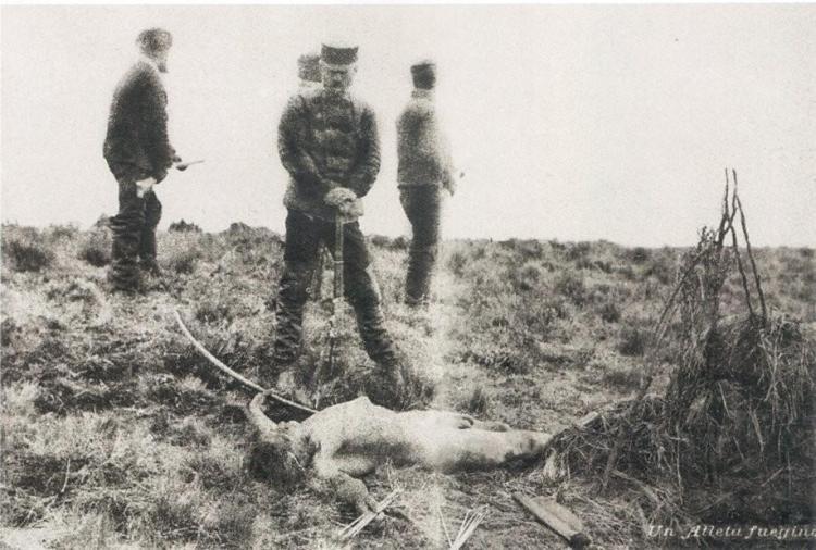 L'équipe de Julius Popper posant devant le corps d'un Indien de la Terre de feu qu'ils ont abattu au cours d'une chasse à l'homme