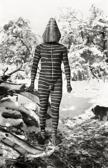 Ulen, le bouffon masculin. Son rôle est d'amuser les spectateurs du Hain. Cérémonie du Hain, rite Selk'nam, 1923 © Martin Gusinde / Anthropos Institut / Éditions Xavier Barral