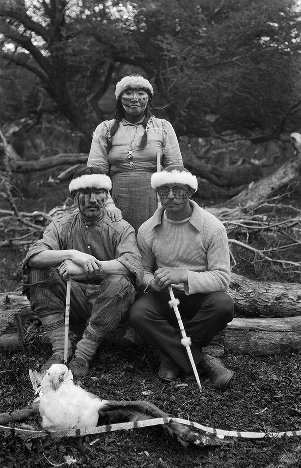 Martin Gusinde postulant à la cérémonie d'initiation yamana, le Ciéxaus, 1920. Yamana, 1919-1924 © Martin Gusinde / Anthropos Institut / Éditions Xavier Barral