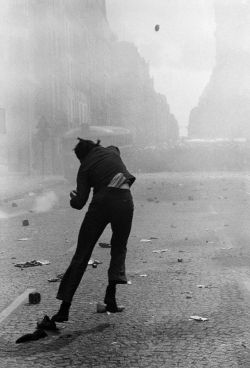 Gilles Caron, Le lanceur du 6 mai 1968 © Gilles Caron / Fondation Gilles Caron / Gamma-Rapho