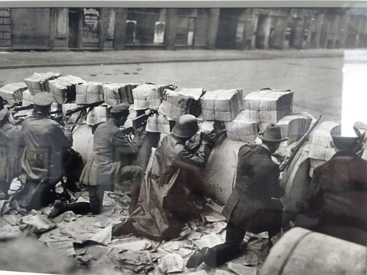 Willy Römer, La Révolution de novembre : occupation du quartier de la presse, Barricades faites de papier journal. Schützenstrasse, Berlin. 1919