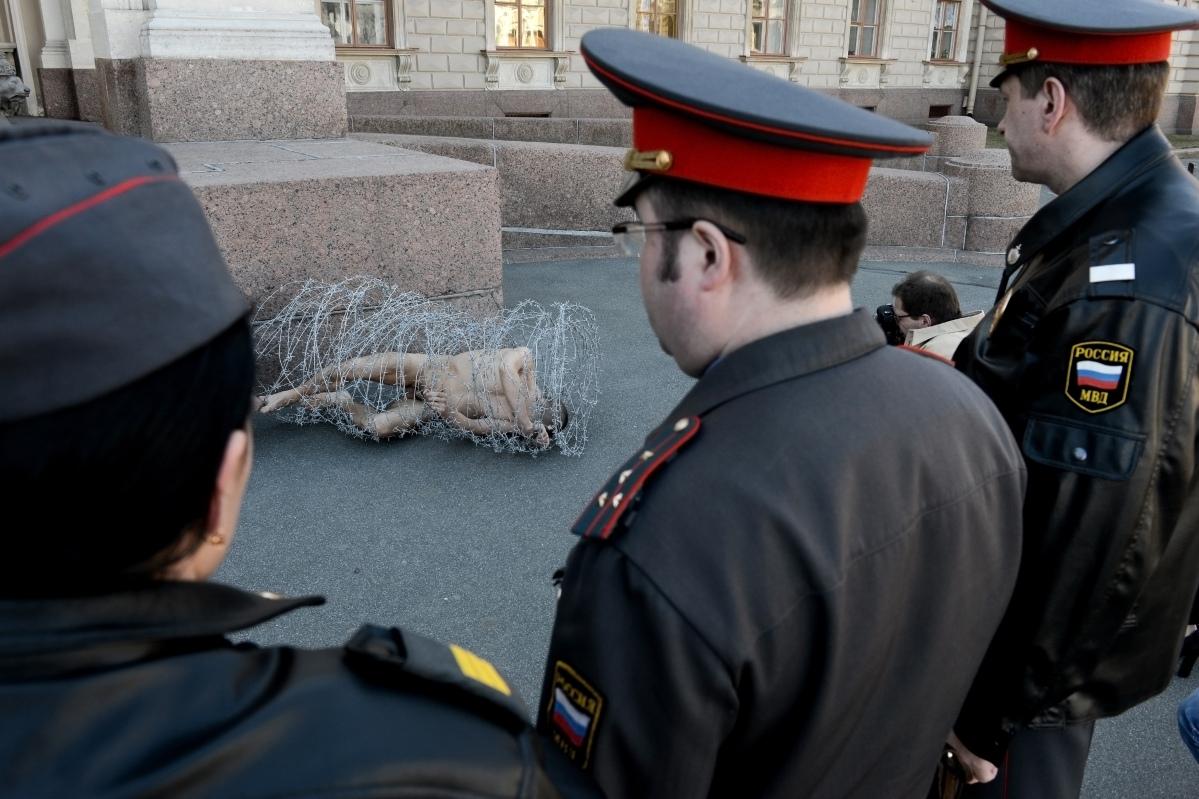 L'artiste russe qui « désarme » les policiers de Poutine