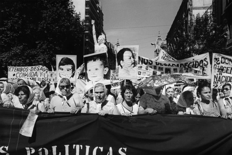 Niños desaparecidos. Secunda Marcha de la Resistancia Buenos Aires, 9-10 décembre 1982 Eduardo GIL Tirage gélatino-argentique. Collection de l'artiste. © Eduardo Gil