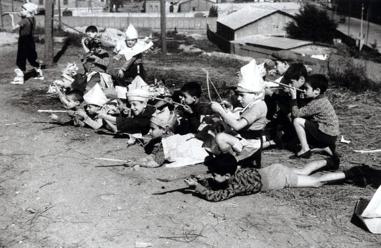Jeux d'enfants à Montjuic, Barcelone 1936 Agusti CENTELLES Tirage gélatino-argentique. Centro Documental de la Memoria Histórica, Salamanque. © España. Ministerio de Educación, Cultura y Deporte. Centro Documental de la Memoria Histórica.