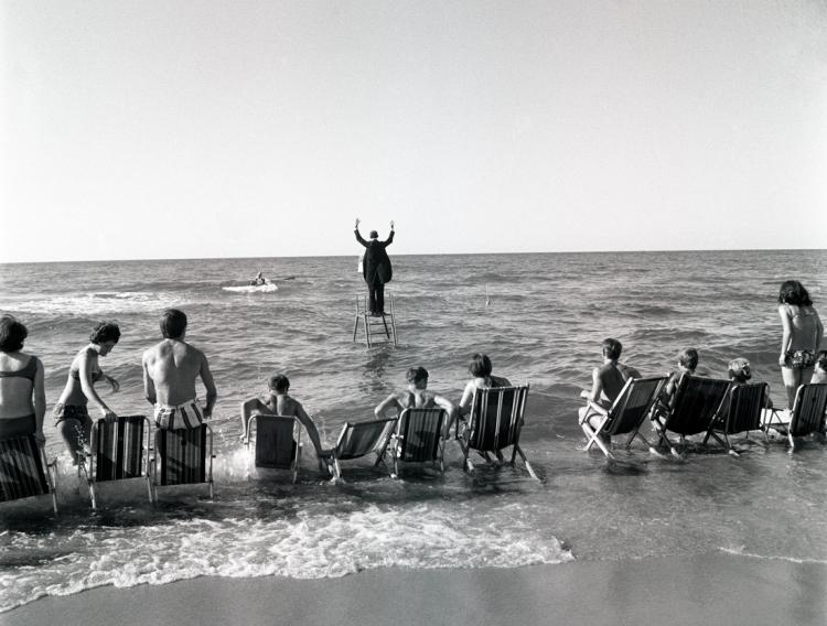 Le « Panoramic Sea Happening – Sea Concerto, Osieki » de Tadeusz Kantor (extrait d'une série), 1967 Eustachy KOSSAKOWSKI Tirage jet d'encre pigmentaire. Propiétaire des négatifs et diaositifs : Musée d'Art Moderne de Varsovie. © Collection Anka Ptaszkowska