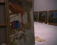 Le Retour de Tobie d'Eustache Le Sueur. Au fond, les Quatre saisons de Nicolas Poussin, capture d'écran de La Ville Louvre de Nicolas Philibert.