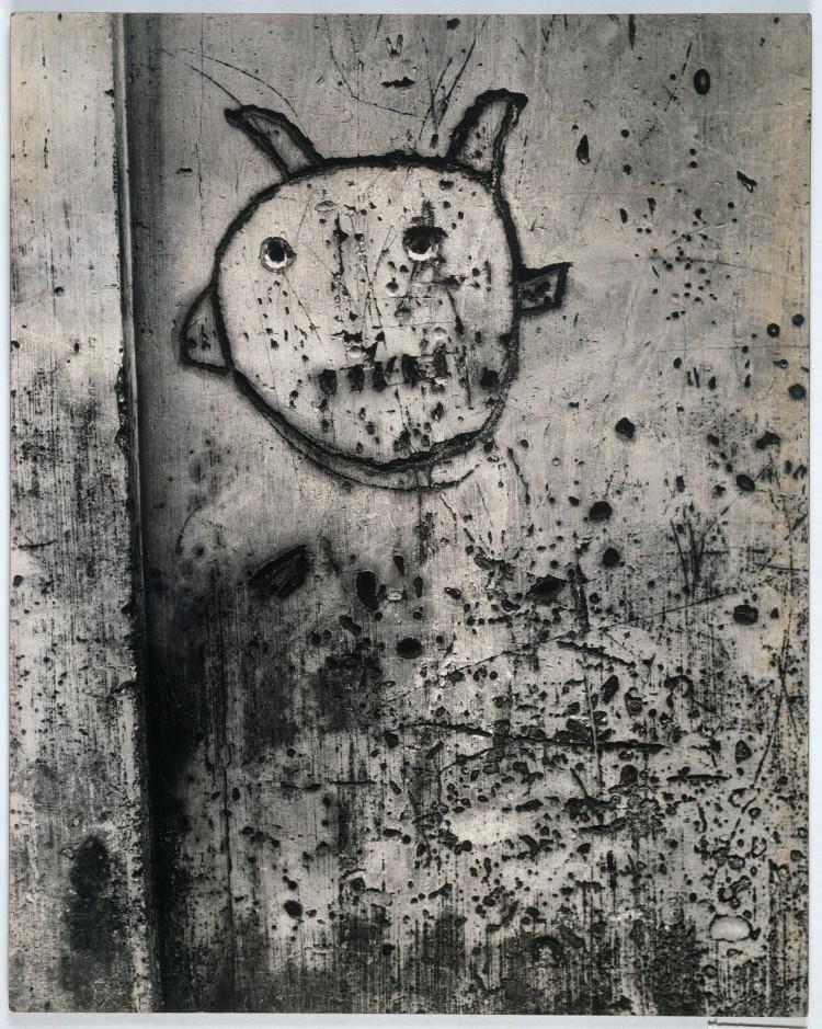 BRASSAÏ Sans titre, de la série Graffiti [La magie] 1945-1955 Épreuve gélatino-argentique, 49,5 × 39,4 cm Collection Centre Pompidou, musée national d'art moderne, Paris. © Estate Brassaï - RMN-Grand Palais © Centre Pompidou/Dist. RMN-GP/ Adam Rzepka