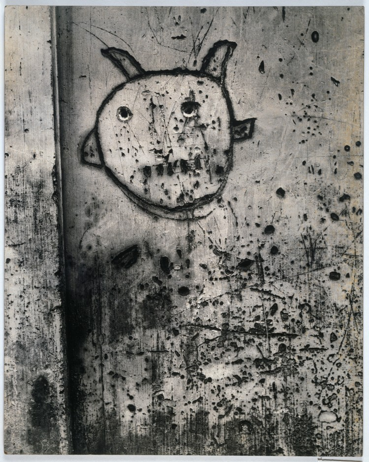 BRASSAÏ Sans titre, de la série Graffiti [La magie] 1945-1955 Épreuve gélatino-argentique, 49,5 × 39,4 cm Collection Centre Pompidou, musée national d'art moderne, Paris. © Estate Brassaï - RMN-Grand Palais © Centre Pompidou/Dist. RMN-GP/ Adam Rzepka