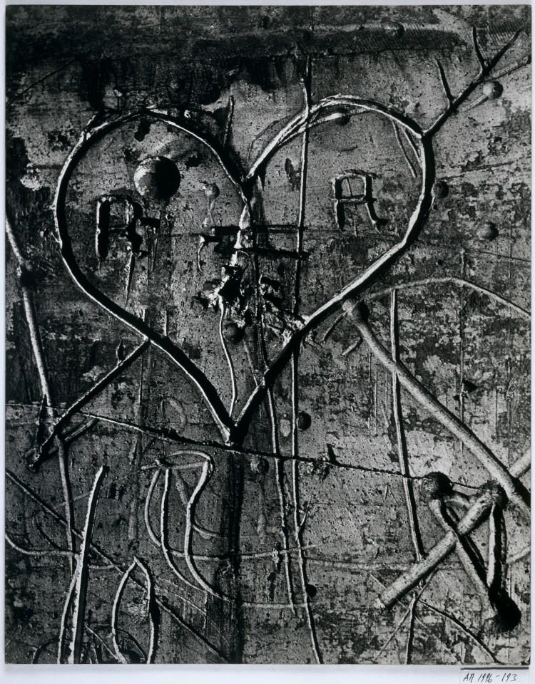 BRASSAÏ Sans titre, de la série Graffiti [L'amour] 1945-1955 Épreuve gélatino-argentique, 49,5 × 39,4 cm Collection Centre Pompidou, musée national d'art moderne, Paris. © Estate Brassaï - RMN-Grand Palais © Centre Pompidou/Dist. RMN-GP/ Adam Rzepka