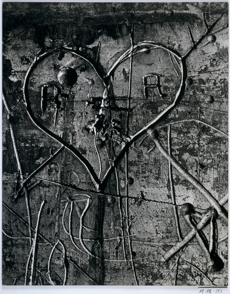 BRASSAÏ Sans titre, de la série Graffiti [L'amour] 1945-1955 Épreuve gélatino-argentique, 49,5 × 39,4 cm Collection Centre Pompidou, musée national d'art moderne, Paris. © Estate Brassaï - RMN-Grand Palais © Centre Pompidou/Dist. RMN-GP/ Adam Rzepka