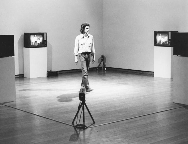 Optical Sockets 1972-1973 Peter Campus Installation vidéo en circuit fermé, dimensions variables, 4 caméras vidéo de surveillance, 4 moniteurs vidéo CRT, 1 mixer vidéo. Courtesy de l'artiste et de la Cristin Tierney Gallery. Installation à l'Everson Museum of Art, Syracuse, NY, 1974 – Photo Christopher Coughlan, courtesy Paula Cooper Gallery. © Peter Campus 2017